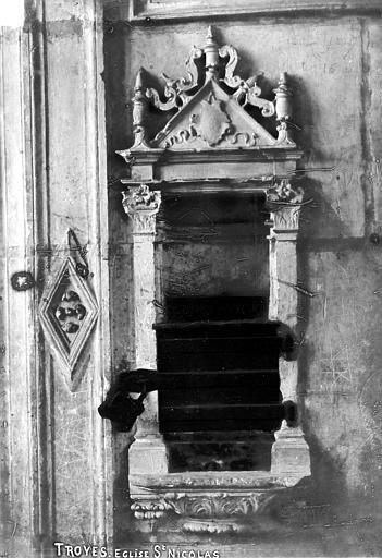 Eglise Saint-Nicolas Piscine : Tronc ménagé dans la tribune en face de l'escalier, Robert, Paul (photographe),