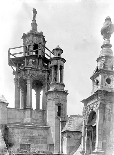 Hôtel d'Escoville (ancien) Cour d'honneur, côté nord : Lanternons, Durand, Jean-Eugène (photographe),