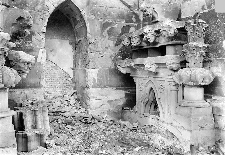 Cathédrale Notre-Dame Dépôt lapidaire (ensemble) : Fragments déposés, Sainsaulieu, Max (photographe),