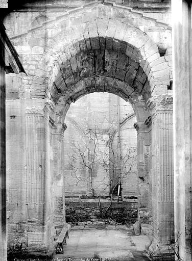 Arc romain dans l'enceinte du Palais de Justice , Mieusement, Médéric (photographe),