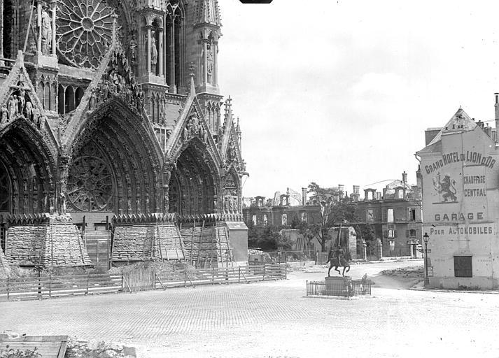 Cathédrale Portail de la façade ouest et statue de Jeanne d'Arc sur le parvis, Goubeau (photographe),