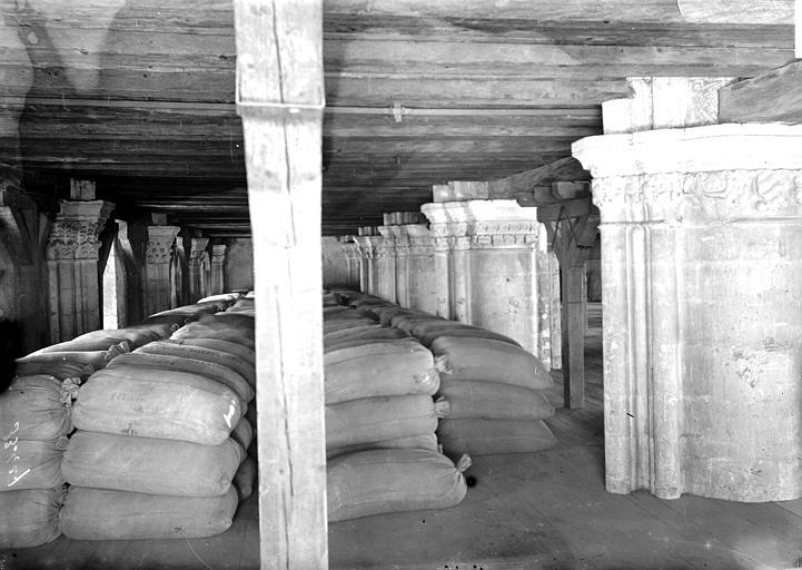 Eglise Saint-Paul (supposée) Colonnes, et sacs entreposés, Enlart, Camille (historien),