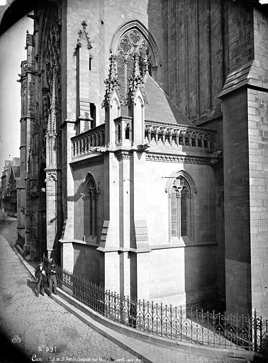 Eglise Saint-Pierre Chapelle sur la façade nord, deux hommes en pose à côté du monument, Mieusement, Médéric (photographe),