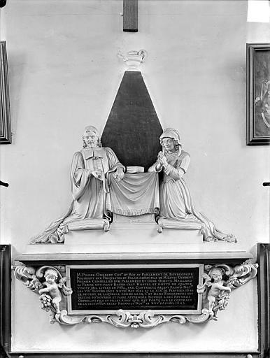 Hospice Sainte-Anne (ancien) Chapelle Sainte-Anne : Monument commémoratif avec statues de Pierre Odebert, conseiller du Roi, et son épouse Odette Maillard, fondateurs de l'hospice Sainte-Anne, Gossin (photographe),