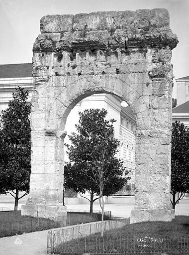 Arc de Campanus Vue d'ensemble, Mieusement, Médéric (photographe),