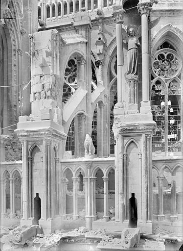 Cathédrale Notre-Dame Chevet, côté sud, dernière travée contre la tour du transept : culées des contreforts, Sainsaulieu, Max (photographe),