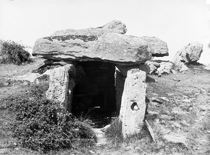 Dolmen sous tumulus du Moulin de la Motte Entrée du dolmen, côté nord, Robert, Paul (photographe),