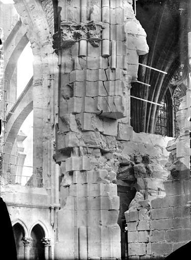 Cathédrale Notre-Dame Vue intérieure du transept sud, vers le nord-est : pile au niveau des parties hautes, Sainsaulieu, Max (photographe),
