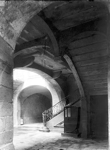 Maison Cour intérieure : Départ d'escalier sous le passage voûté, Durand, Jean-Eugène (photographe),