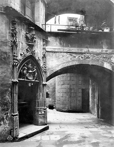 Hôtel Savaron Cour intérieure : Porte d'escalier et passage voûté, Neurdein Frères (photographes),