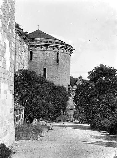 Château Tour Hurtault et terrasse située en contrebas de la chapelle, Cousin,