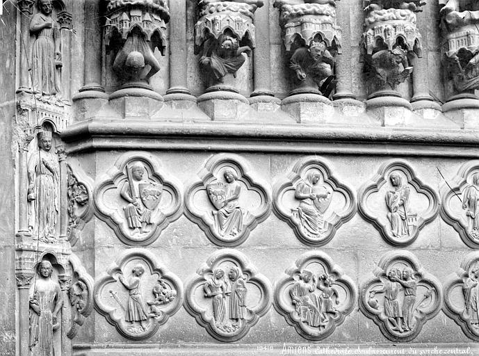 Cathédrale Notre-Dame Portail central de la façade ouest : Soubassement de l'ébrasement droit (partie gauche), Mieusement, Médéric (photographe),