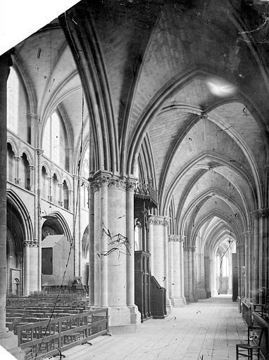 Cathédrale Saint-Cyr-et-Sainte-Julitte Vue intérieure du bas-côté sud, vers l'est, Mieusement, Médéric (photographe),