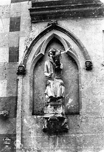 Maison dite des Ménétriers ou des Musiciens Statue du flûtiste (supposé), Le Secq, Henri (photographe),