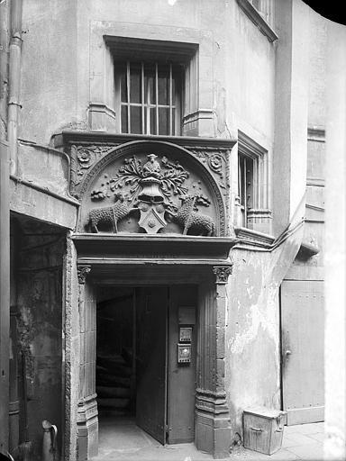 Immeuble Cour intérieure : Porte à tympan sculpté d'un blason, Lefèvre-Couton (photographe),