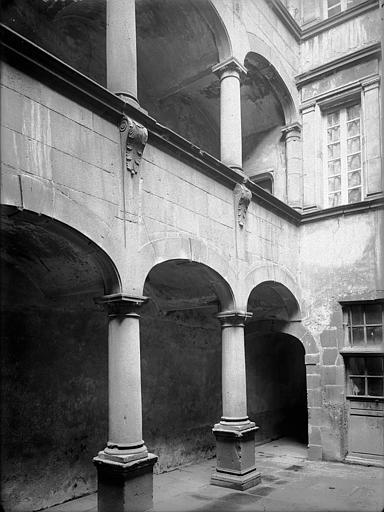 Hôtel de Fontenilhes ou maison des Sires de Beaujeu Cour intérieure : Galeries, Jarron (photographe),