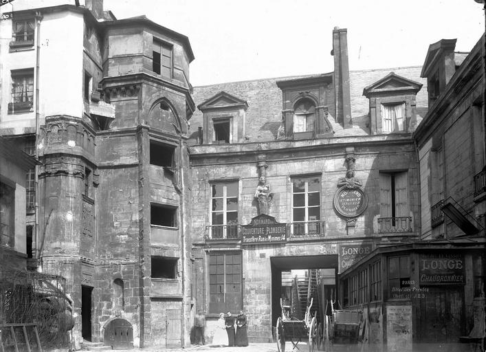 Hôtel des Prévôts Façade sur la cour et tourelle d'escalier, Durand, Eugène (photographe),