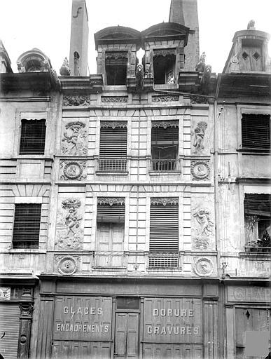 Maison Façade sur rue avec bas-reliefs des quatre saisons, Heuzé, Henri (photographe),
