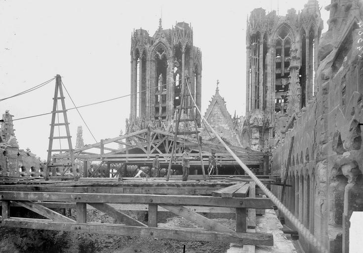 Cathédrale Notre-Dame Couverture provisoire, mise au levage de la charpente de la nef, Verneau, G.,
