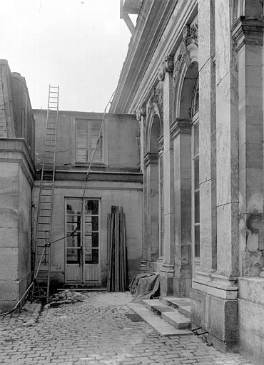 Domaine national, château Cour côté sud : Passage au rez-de-chaussée, Durand, Jean-Eugène (photographe),