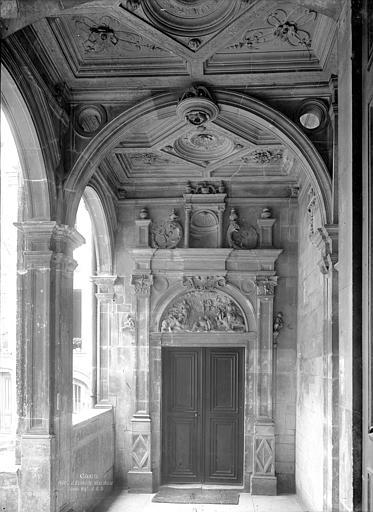 Hôtel d'Escoville (ancien) Cour d'honneur : Vue intérieure du vestibule d'entrée, à l'angle nord-est, Durand, Jean-Eugène (photographe),