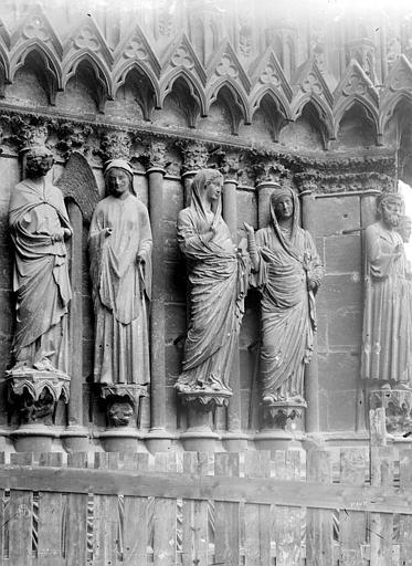 Cathédrale Notre-Dame Portail central de la façade ouest. Statues de l'ébrasement droit : l'Annonciation et la Visitation, Mieusement, Médéric (photographe),