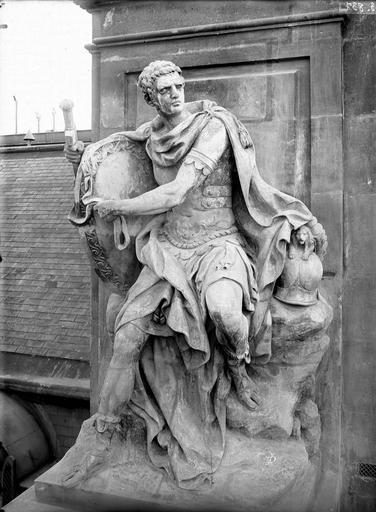 Domaine national du Palais-Royal Cour d'honneur, façade nord, statue des talents militaires, Durand, Eugène (photographe),