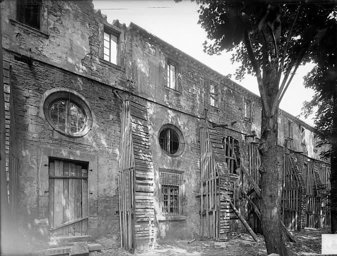 Abbaye Saint-Bénigne (ancienne) ; Musée archéologique Dortoir des moines bénédictins : façade est, Heuzé, Henri (photographe),