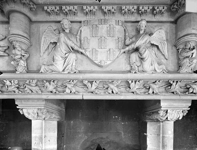 Palais des Comtes de Poitiers (ancien) ; Palais de Justice Salle des Pas perdus, bandeau de la cheminée : deux anges soutenant un écusson, Gossin (photographe),