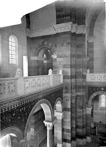 Cathédrale Sainte-Marie-Majeure Vue intérieure de la nef : Pilier de la tribune, Mieusement, Médéric (photographe),