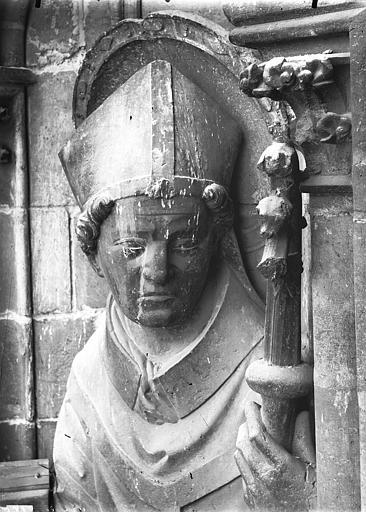 Cathédrale Notre-Dame Contrefort de la tour sud, buste de statue, saint Evêque, Lajoie, Abel,