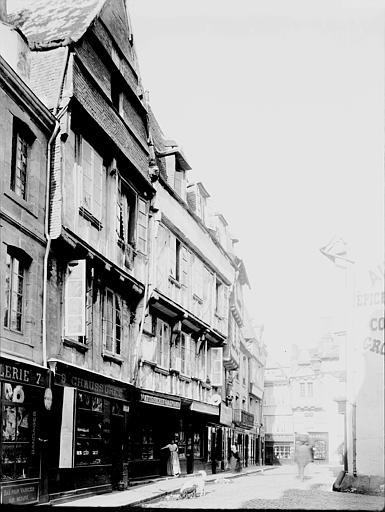 Maisons Façades sur la place, Enlart, Camille (historien),