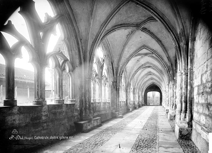 Cathédrale Saint-Dié Cloître : vue intérieure de la galerie est, Mieusement, Médéric (photographe),