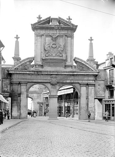 Porte Saint-Nicolas Avant-porte : Vue d'ensemble, du côté du faubourg, Queste, P. photographe),
