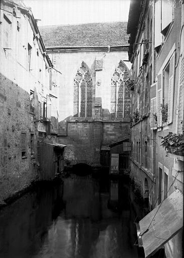 Eglise Fenêtres latérales donnant sur une ruelle, Enlart, Camille (historien),