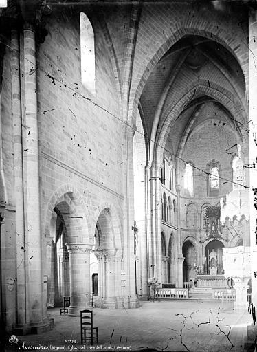 Eglise Notre-Dame d'Avesnière Intérieur : nef, vue de l'entrée, Mieusement, Médéric (photographe),