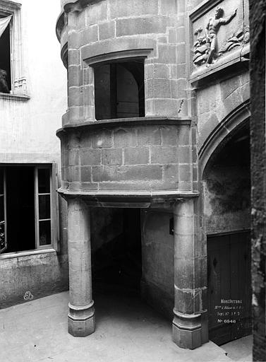 Maison dite d'Adam et Eve Cour intérieure : Entrée de la tourelle d'escalier, Durand, Eugène (photographe),