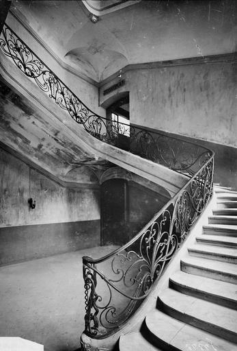 Abbaye aux Hommes (ancienne) Départ de rampe de l'escalier de l'économat, Service photographique,