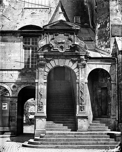 Palais des Ducs et des Etats de Bourgogne (ancien) ; Hôtel de Ville Cour de Bar : Entrée de l'escalier de Bellegarde, Delaunay (photographe),