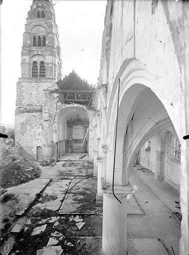 Eglise Saint-Rémi Vue intérieure de la nef vers le choeur et clocher, Queste, P. photographe),