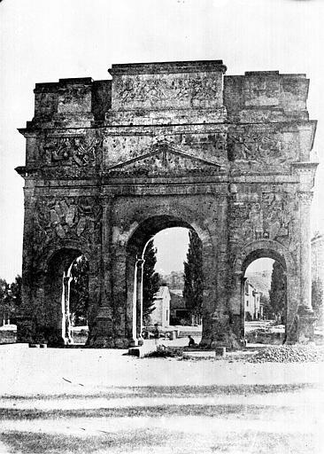 Arc antique Façade sur la campagne, Baldus, Edouard (photographe),