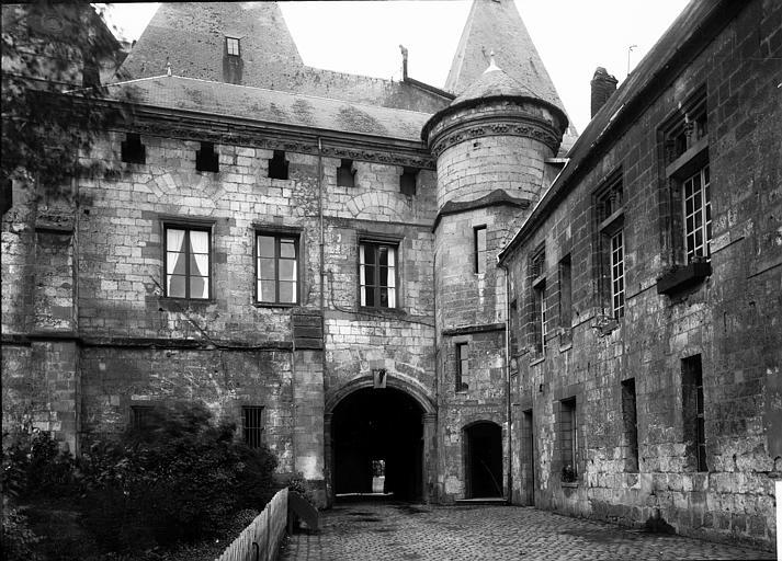 Palais épiscopal (ancien) ; Palais de Justice Cour arrière : vue d'ensemble, Enlart, Camille (historien),