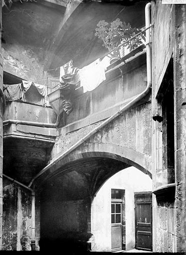 Maison Arcade, Enlart, Camille (historien),