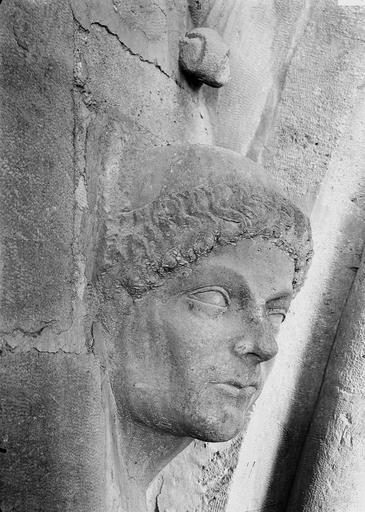 Cathédrale Notre-Dame Tête d'amortissement, un moine, Durand, Eugène (photographe),