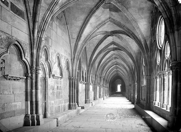 Cathédrale Saint-Etienne (ancienne) Cloître : Vue intérieure de la galerie est vers le sud, Mieusement, Médéric (photographe),