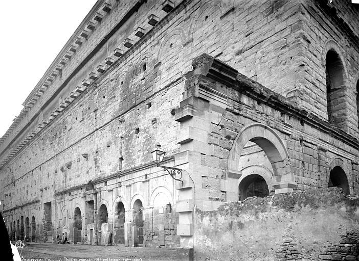 Amphithéâtre Façade extérieure : revers du mur de scène, Mieusement, Médéric (photographe),