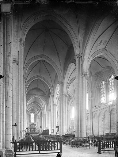 Cathédrale Saint-Pierre Vue intérieure de la nef vers le sud-est, Gossin (photographe),