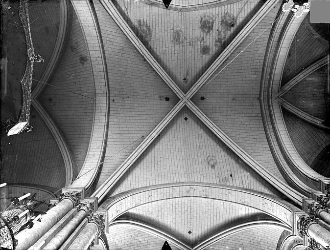 Cathédrale Saint-Pierre Voûtes du déambulatoire (vue verticale), Gossin (photographe),