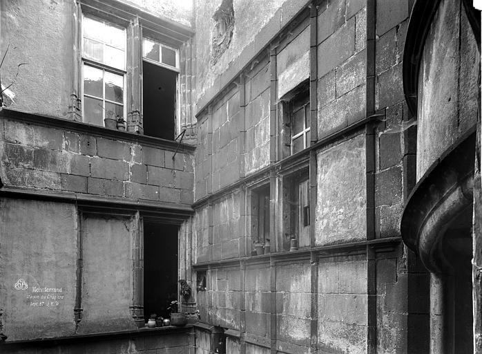 Hôtel Mallet de Vendègre ou Maison du Bailli Cour intérieure : Angle des façades supérieures, Durand, Eugène (photographe),