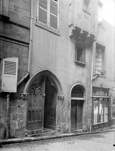 Maison Façade sur rue : Porte du 15ème siècle, Jarron (photographe),
